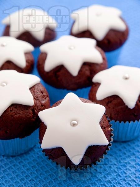 Коледни мъфини с какао, ванилия и бяла глазура от захарно тесто - снимка на рецептата